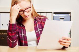 Frau fragt wie Briefpapier gestalten