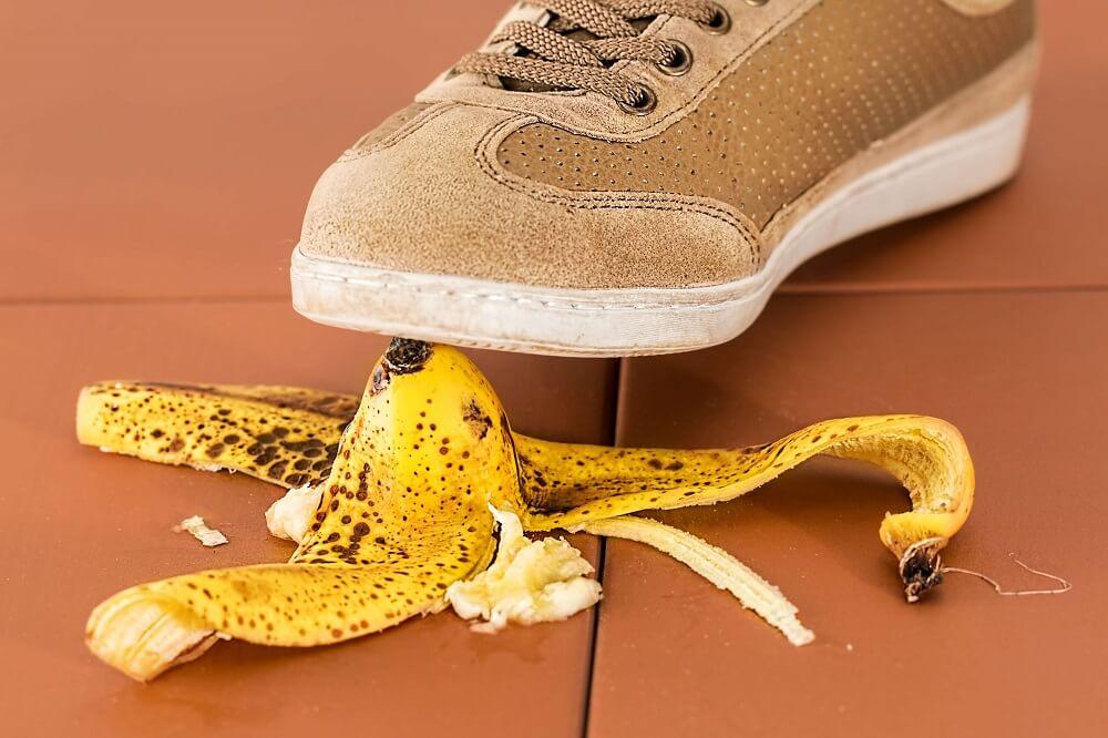 Auf der Banane ausrutschen? Tapp nicht in die Falle und geh bei der Vereinsveranstaltung auf Nummer sicher. Eine Versicherung kann helfen.