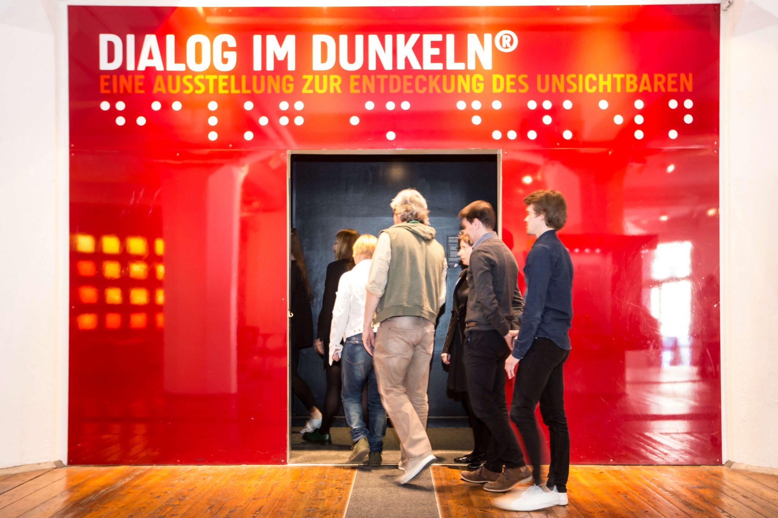 Hier ist der Eingang zur Ausstellung Dialog im Dunkeln zu sehen.