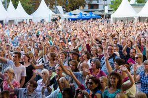 Gospelkirchentag: Freude am Singen: Menschen beim Gospelkirchentag in Karlsruhe
