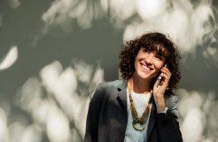 Frau telefoniert: Was sind die Aufgaben des 1. Vorsitzenden im Verein?