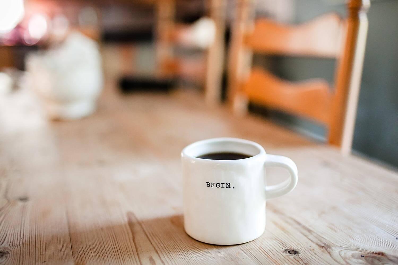 Tasse Kaffee mit Aufschrift: Begin! Gründungsversammlung im Verein: Grundlagen. Mit der Vereinsgründung starten
