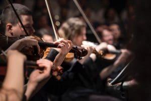 Orchester – Musikverein spielt ein Konzert. Wie du als Chor oder Musikverein Auftrittsgelegenheiten findest