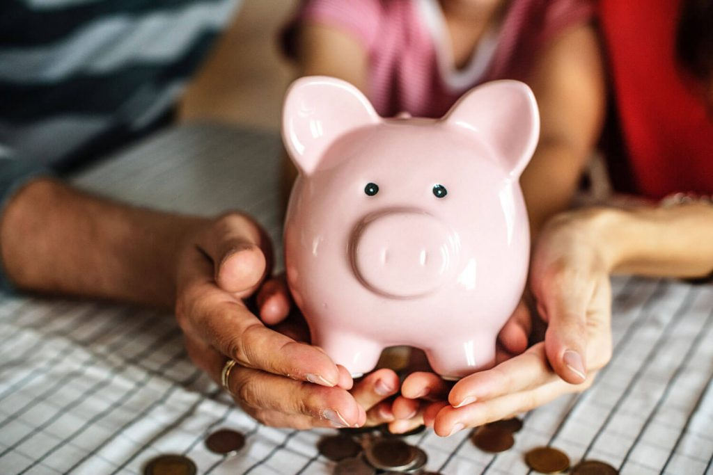 Schatzmeister im Verein/ Sparschwein in Hand: Das sind die Aufgaben des Schatzmeisters im Verin