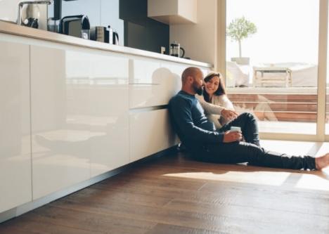 Flexibel Paar sitzt in Küche