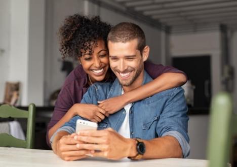 Paar nutzt Steuer App