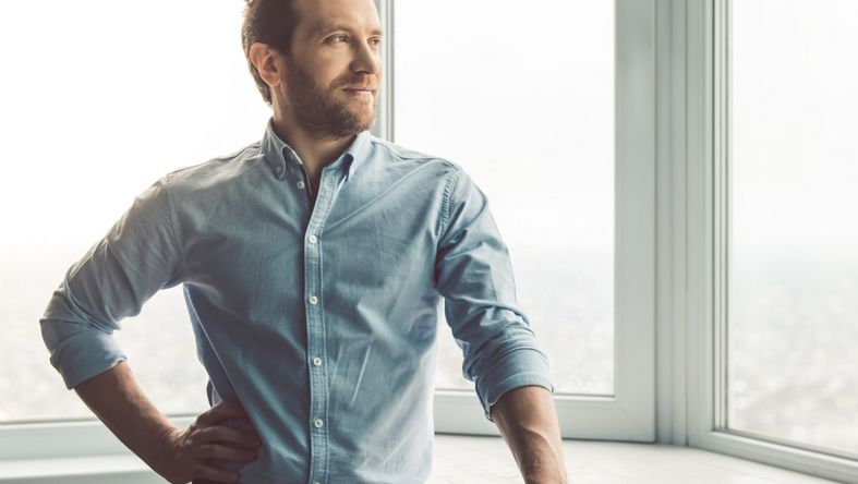 steuer:Web Nutzer schaut entspannt