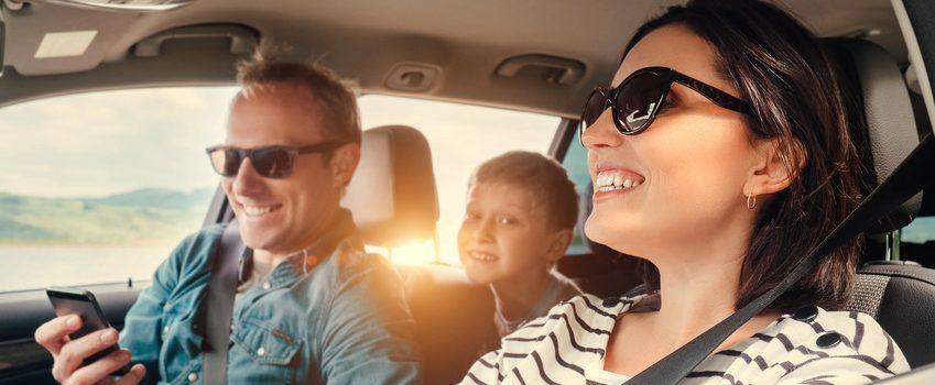 Fröhliche Familie fährt im Auto