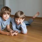 Immer erreichbar zu sein, jederzeit kommunizieren und das Internet immer in der Hosentasche. Doch wie behält man Handykosten der Kinder unter Kontrolle?