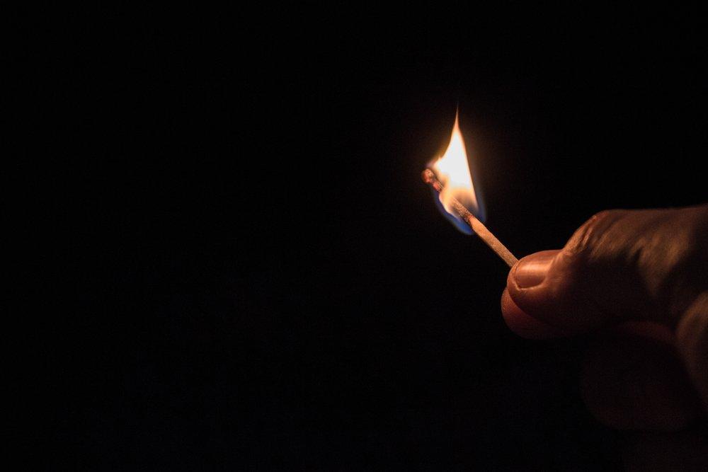 Stromausfall - Brennendes Streichholz