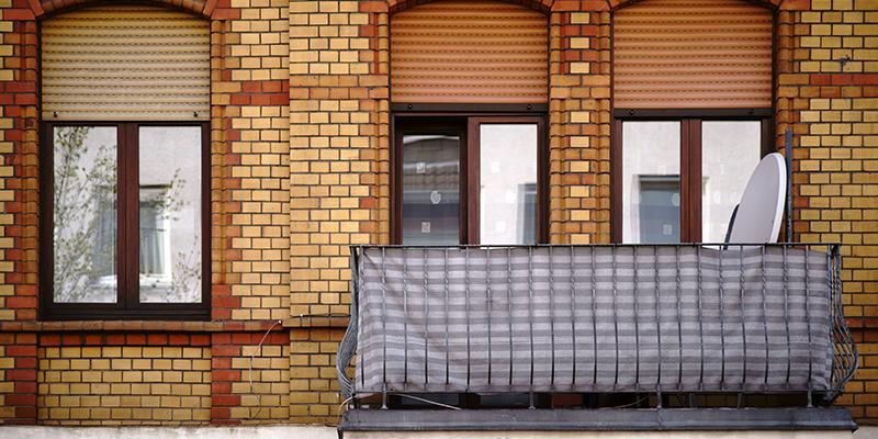 Sichtschutzwand am Balkon eines Hauses